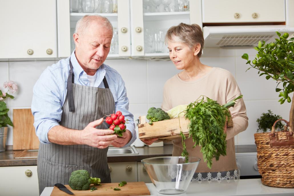 Älteres Paar kocht zusammen