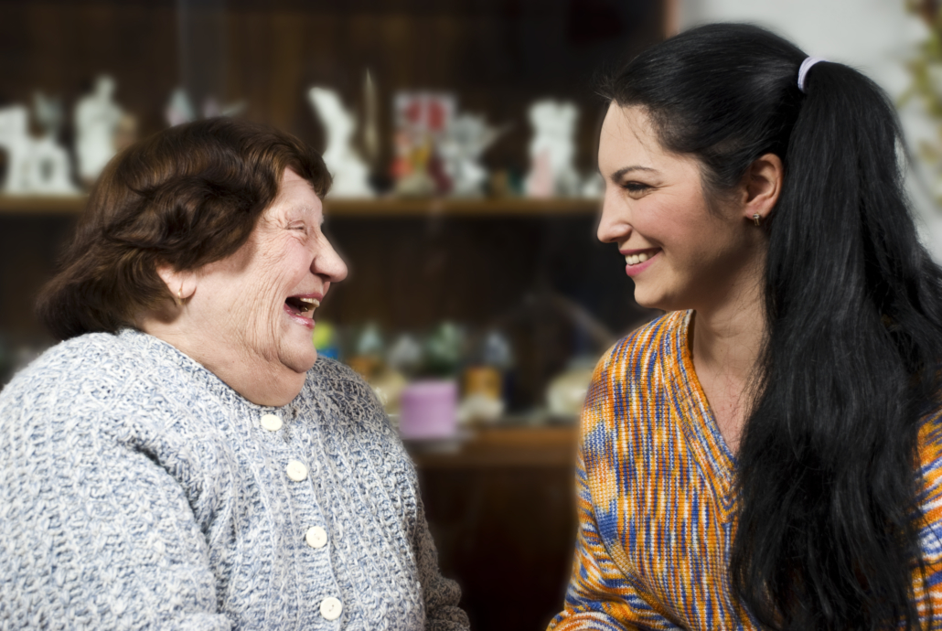 Jüngere Frau spricht mit älterer Frau